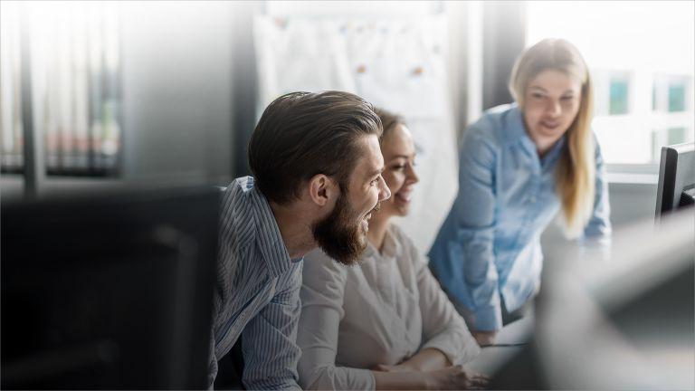 Zwei Frauen und ein Mann im Unternehmen bei der Arbeit