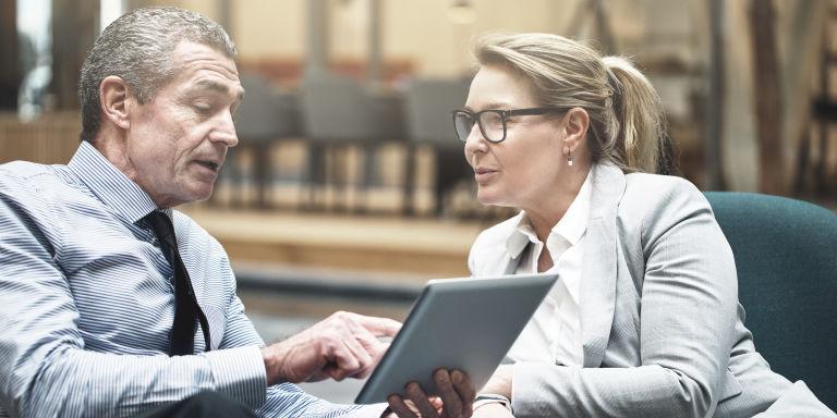 Mitarbeiter der Allgeier Experts Service GmbH im Gespräch über IT-Prozesse